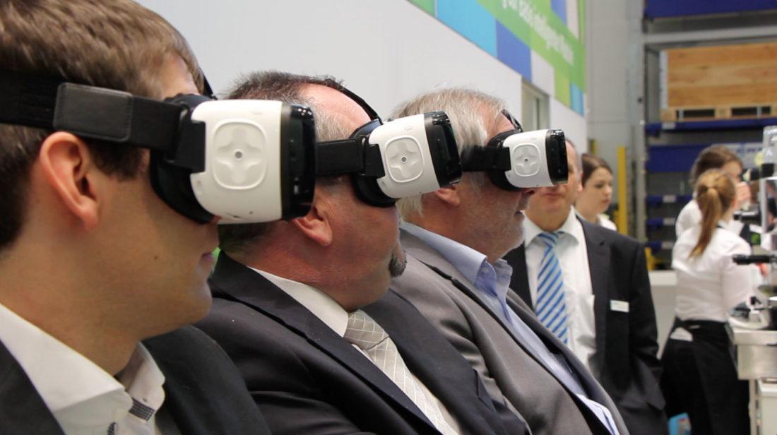 Kardex Flight Controller - Besucher erleben den virtuellen Flug auf dem Kardex Messestand der Logimat