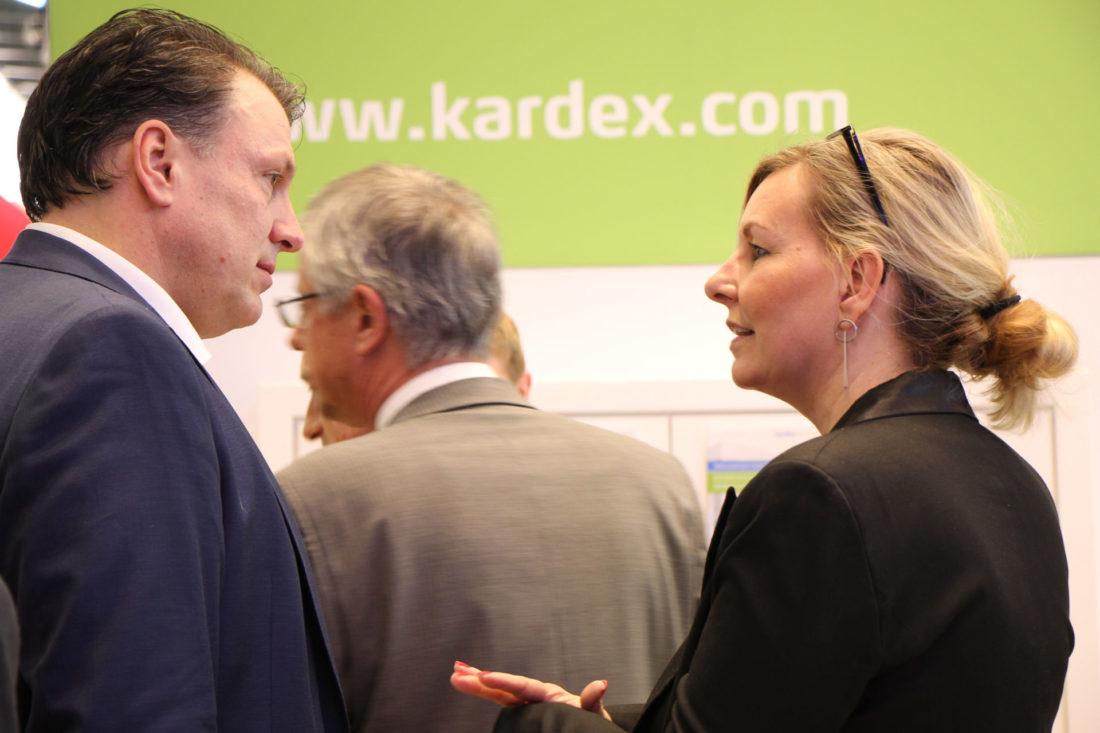 Kardex Flight Controller - Besucherin im Gespräch mit Chrisitan Herrmann auf dem Kardex Messestand der Logimat