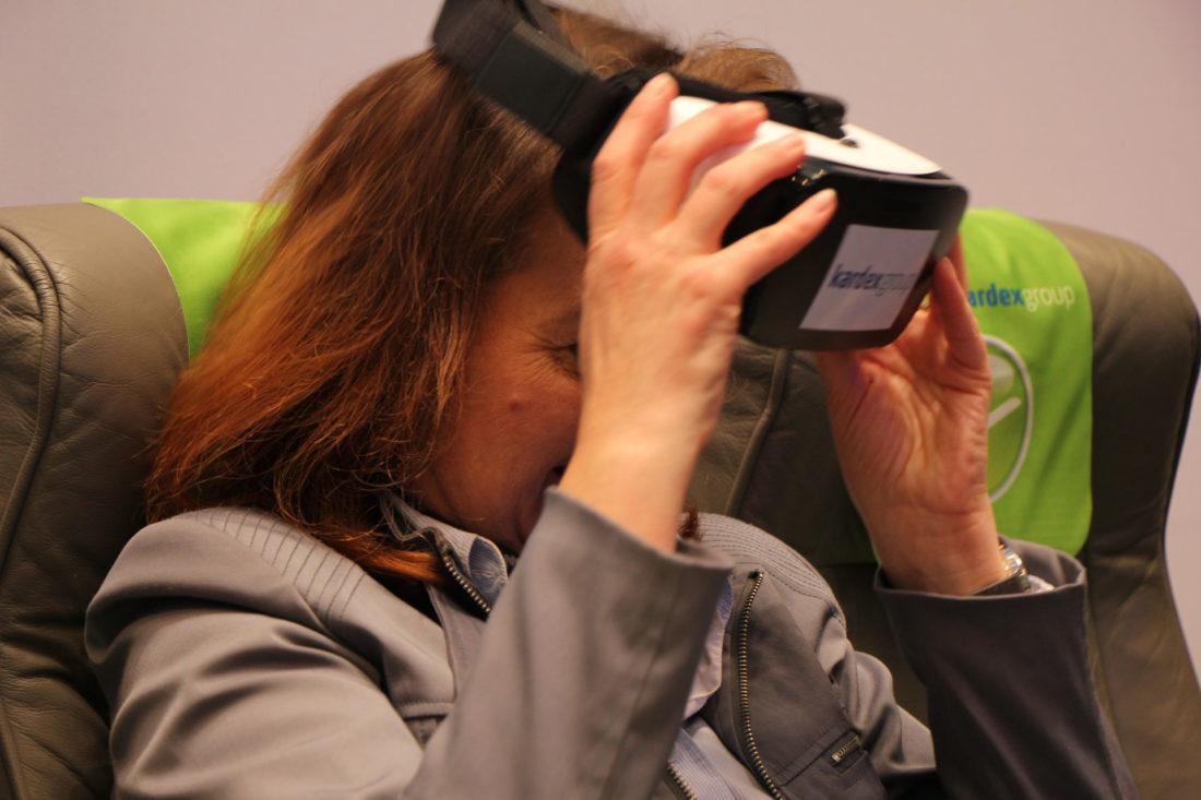 Kardex Flight Controller - Besucherin nach dem virtuellen Flug auf dem Kardex Messestand der Logimat